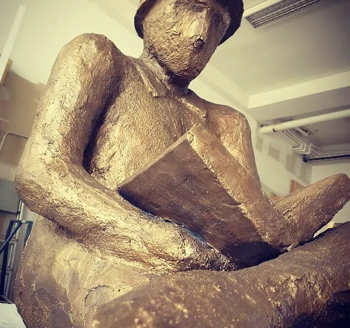 socha beton čtenář